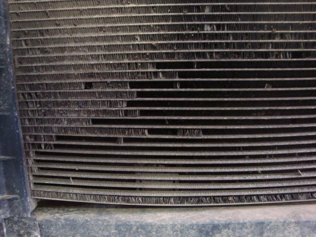 Вид радиатора без защитной сетки в бампере