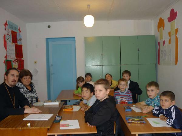 Встреча священника с детьми в кваркенском ЦВР