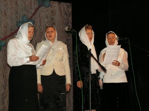 Поет церковный хор