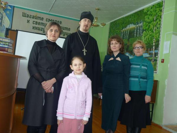 Священник Владимир с работниками библиотеки