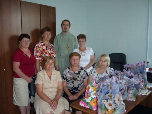 Батюшка Владимир с социальными работниками